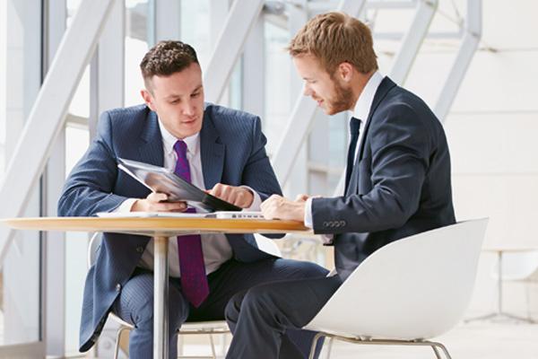 Kunde und Berater im Gespräch