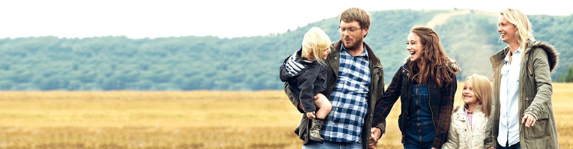 Vater und Sohn schauen auf ein Tablet