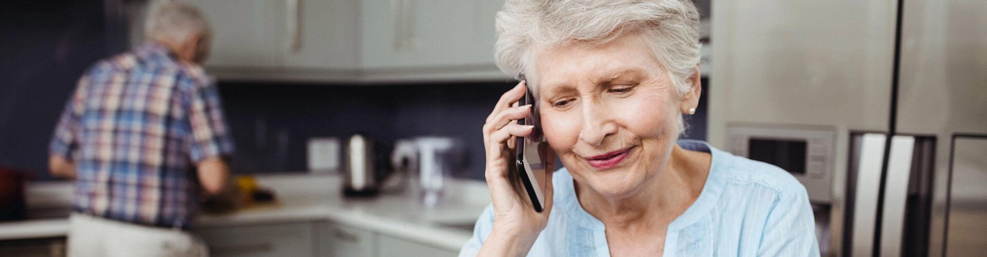 Frau telefoniert mit der Bank