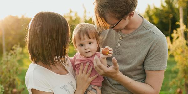 Junge Familie mit Kleinkind auf dem Arm