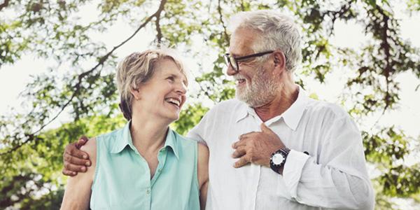 Älteres Paar Arm in Arm