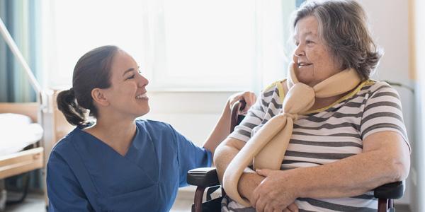 Pflegerin im Krankenhaus betreut Patientin
