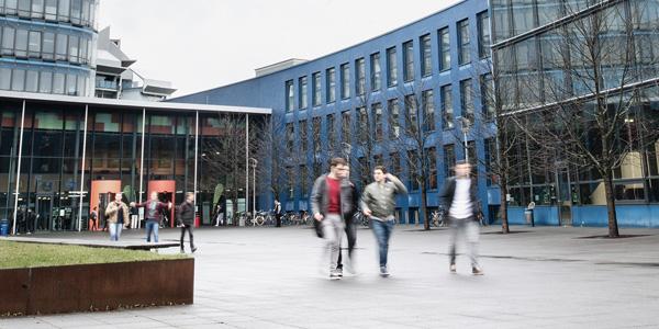 Studenten vor einer Hochschule