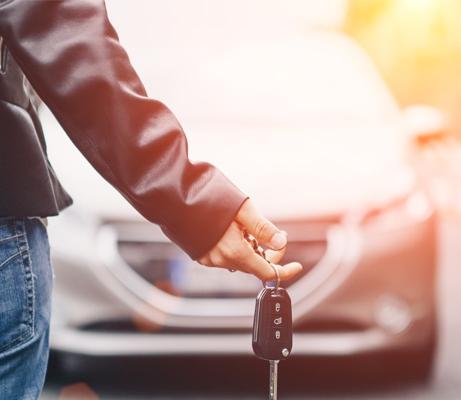 Frau hält Autoschlüssel in der Hand