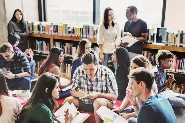 Studenten lernen gemeinsam in einer Bibliothek