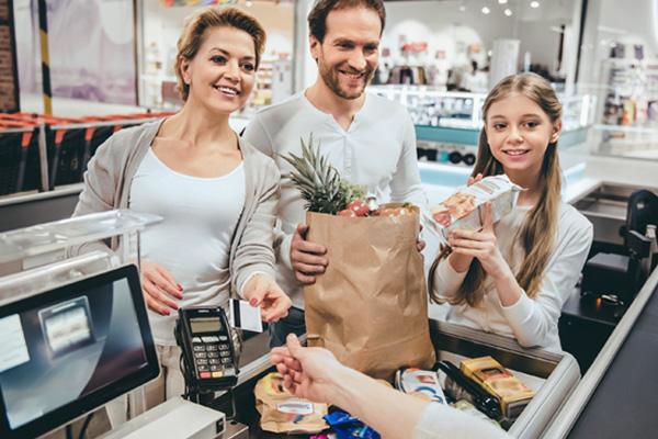 Geld an der Supermarktkasse erhalten