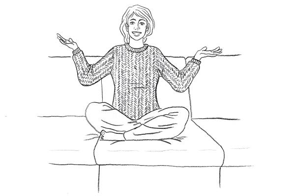 Junge Frau auf dem Sofa trägt den selbst gestrickten Pullover