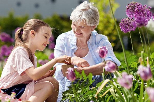 Kind mit Großeltern im Blumenfeld