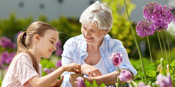 Junge Frau mit Brille schauf auf Ihr Smartphone