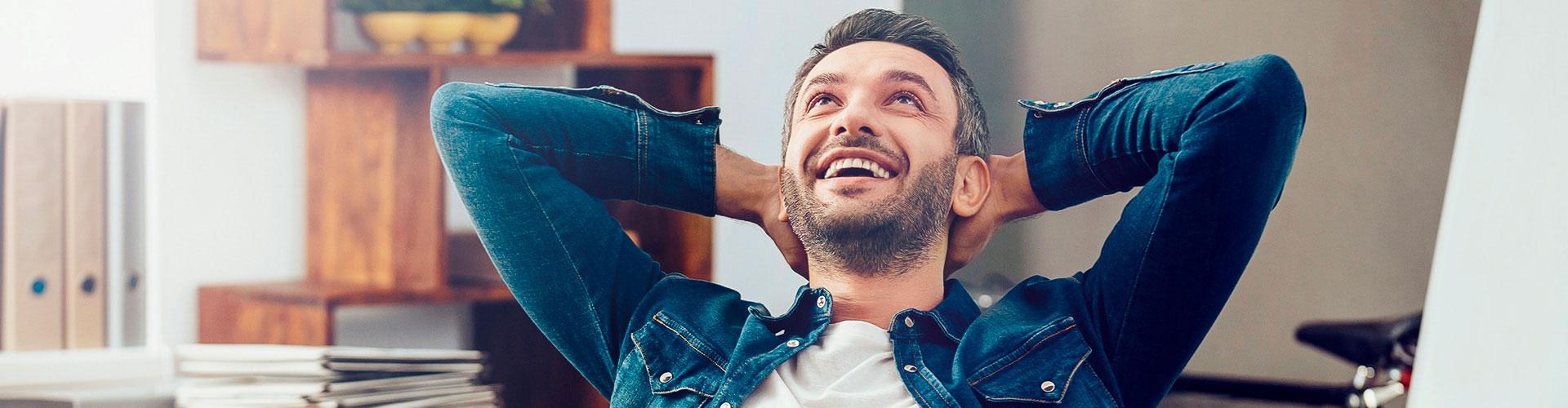 Mann entspannt zu Hause im Arbeitszimmer
