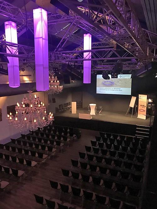 Foto von der leeren Bühne und leeren Stuhlreihen